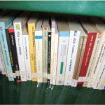 particolare di libri a scaffale